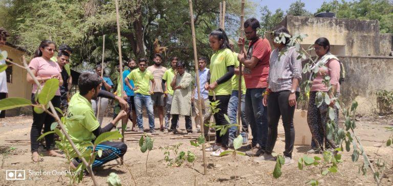 Bhuvnesh Ojha of Pukaar explaining Miyawaki methods to volunteers.