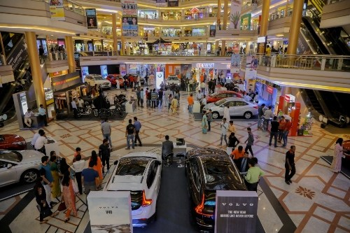People shoping at Forum Celebration Mall